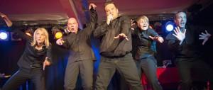 alle fünf Spieler in schwarzer Kleidung wild am tanzen
