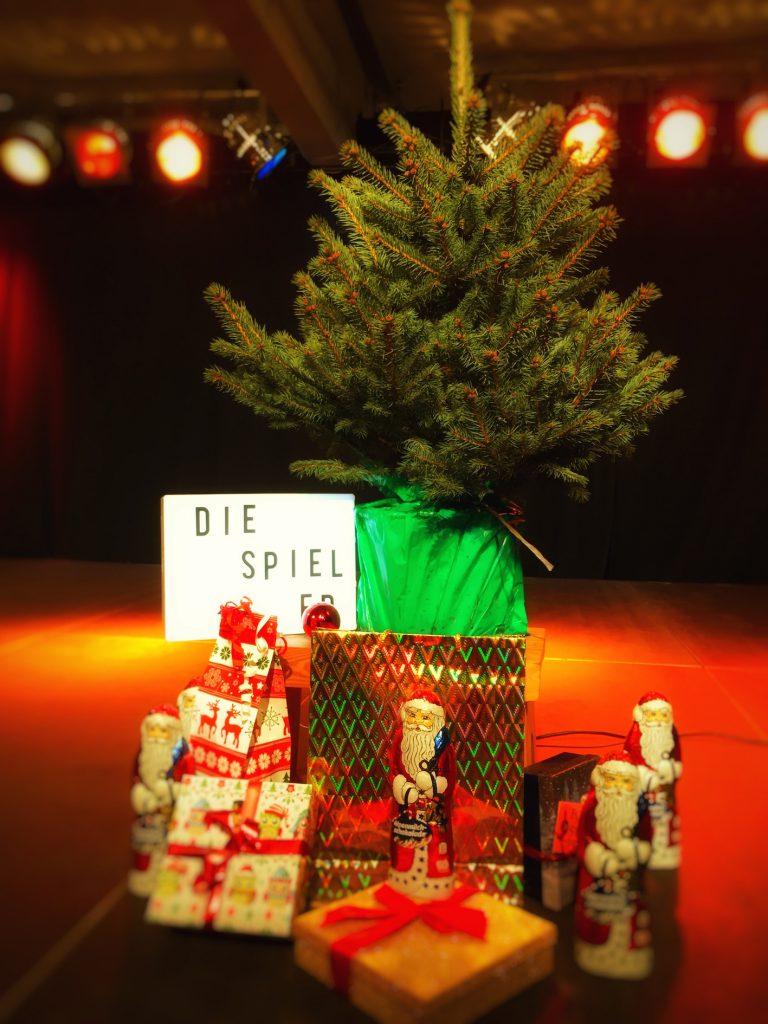 Der Tannenbaum spielte in der Weihnachts Impro Show der Spieler eine große Rolle