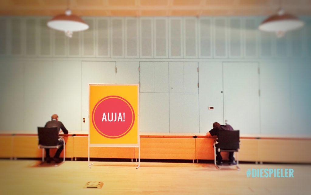 die Spieler Improvisationstheater und Unternehmenstheater Hamburg geben ein Kommunikationstraining mit den Methoden des Improvisationsthetater