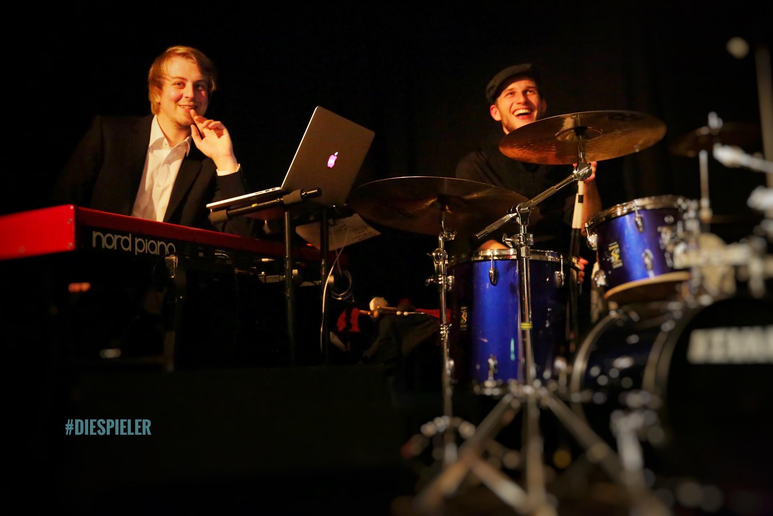 Musikalische begleitung der Spieler Improvisationstheater Hamburg