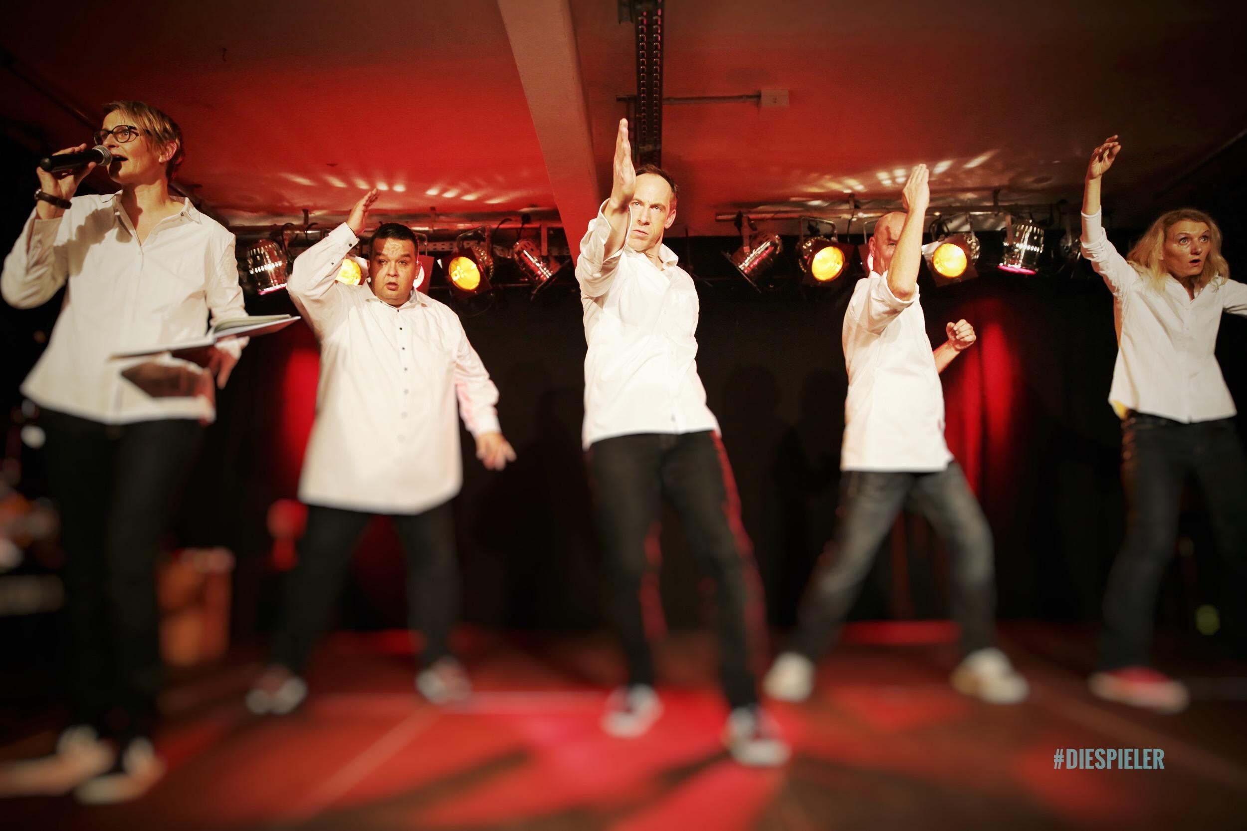 Spieler Improvisationstheater und Unternehmenstheater Hamburg vertonen und vertanzen das Keksrezept Dattelkekse im Sesammantel