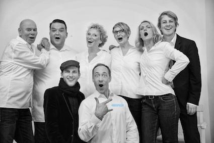 Gruppenbild der Spieler Improvisationstheater und Unternehmenstheater Hamburg mit Julia Westlake