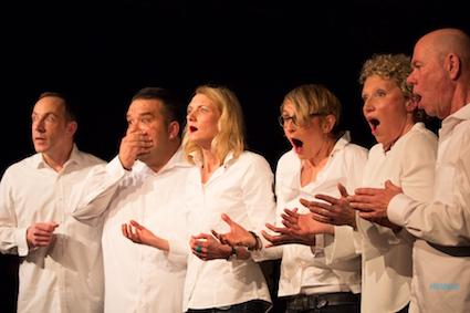 die Spieler Improvisationstheater und Unternehmenstheater Hamburg chorisch auf der Theater Bühne