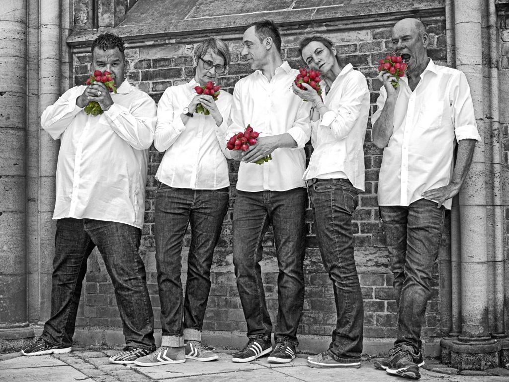 die Spieler Improvisationstheater und Unternehmensthater hamburg feiern Radiesschen Hochzeit
