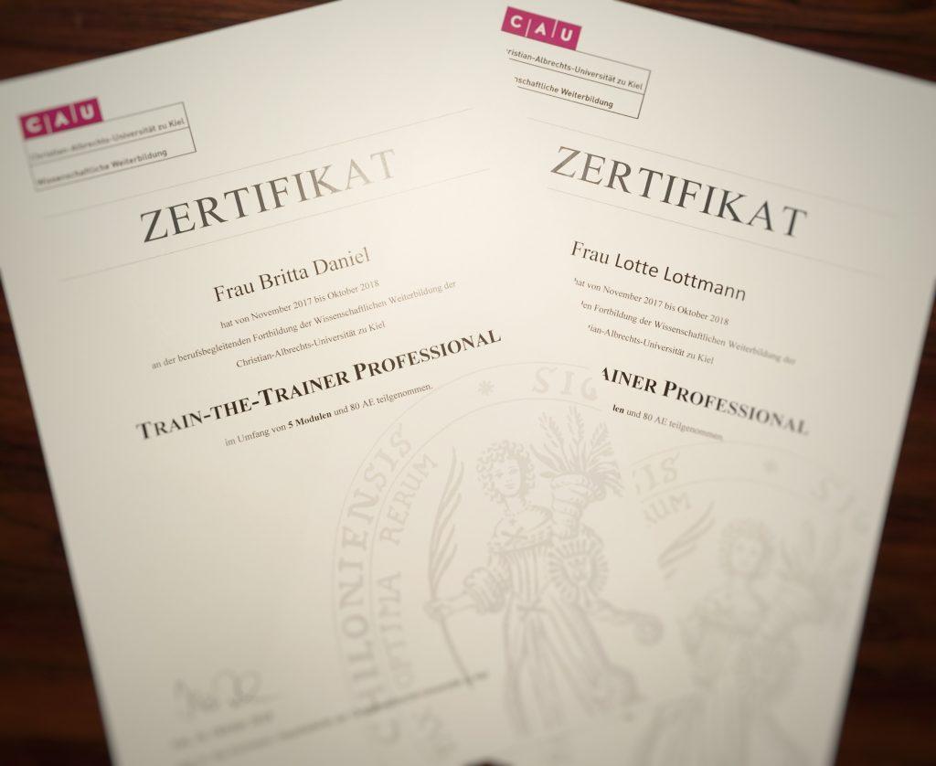 Herzlichen Glückwunsch! Britta Daniel und Lotte Lottmann von die Spieler Improvisationstheater Hamburg sind nun zertifizierte Trainer professional