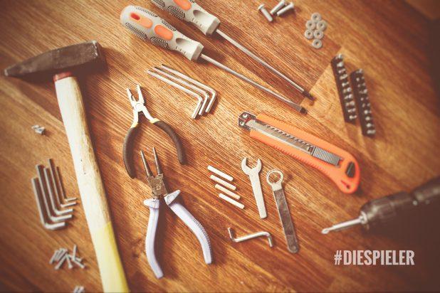 Diverse Werkzeuge auf einem Holztisch und der Schriftzug #diespieler