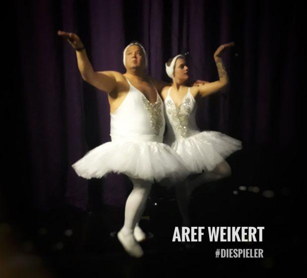 Aref Weikert von die Spieler als Balett Tänzer im Tutu auf der Bühne des Thalia Theaters
