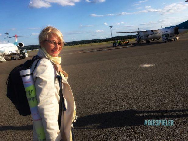 Auf dem Bild ist eine Frau - Lotte Lottmann - auf einem Flugfeld zu sehen